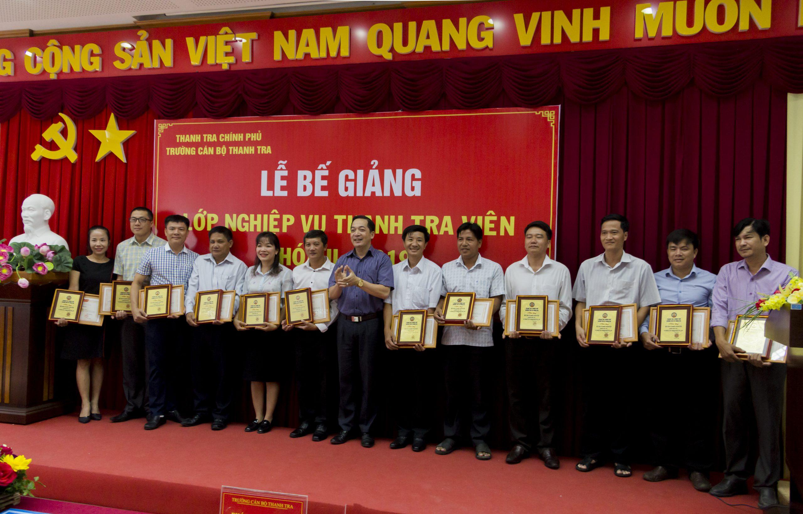 TS Nguyễn Huy Hoàng Phó Hiệu trưởng Trg CBTT trao giấy khen cho HV