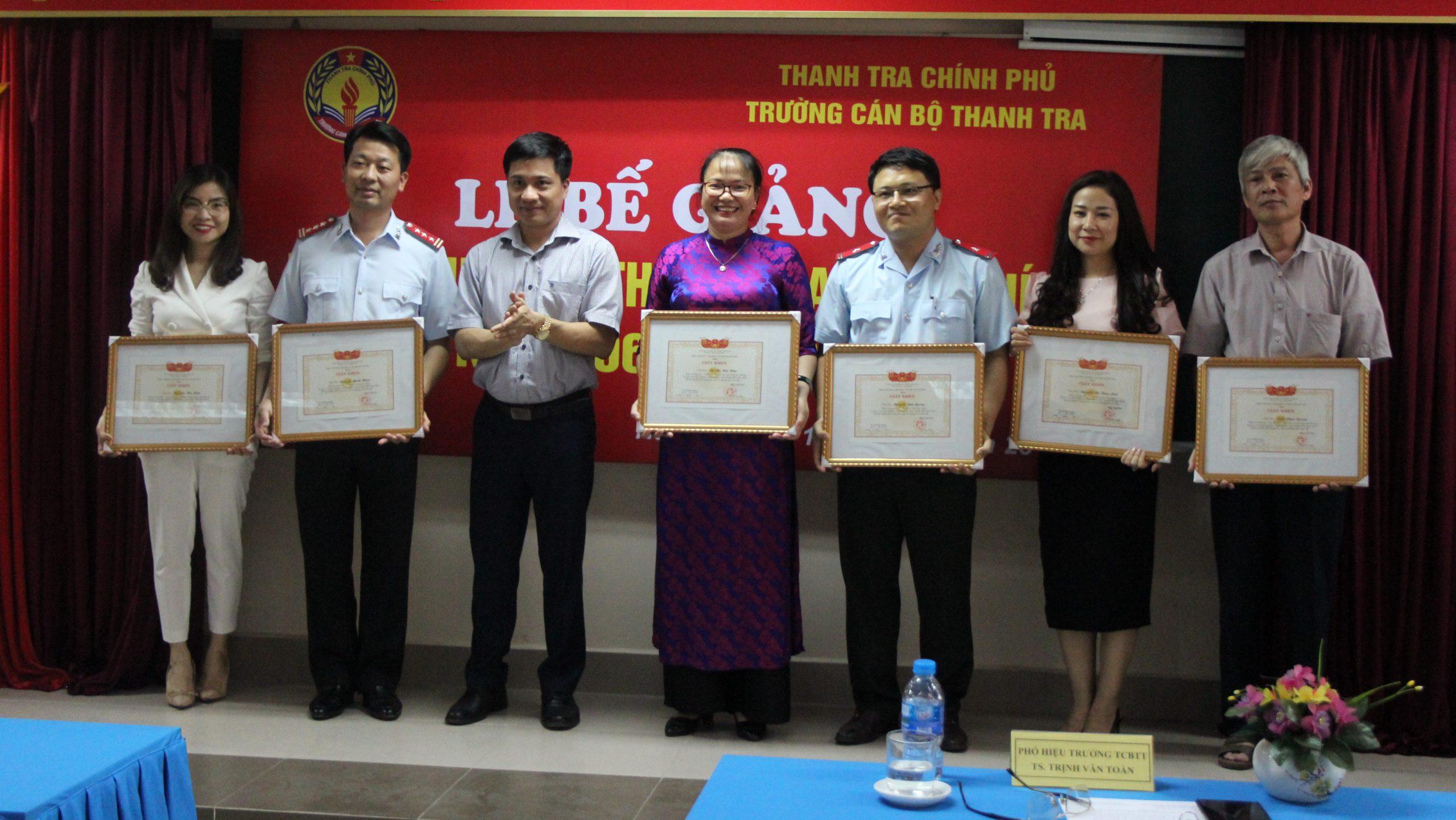 Phó Hiệu Trg Nhà trường trao GK cho HV
