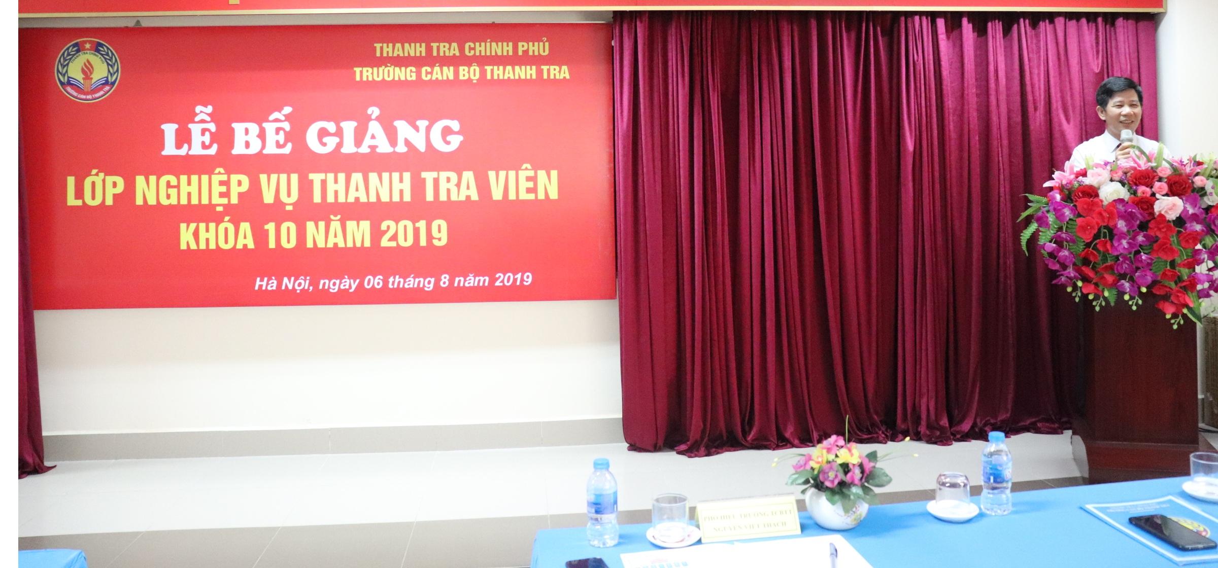 Ông Nguyễn Viết Thạch Phó Hiệu trưởng Nhà trường phát biểu Bế giảng khóa học