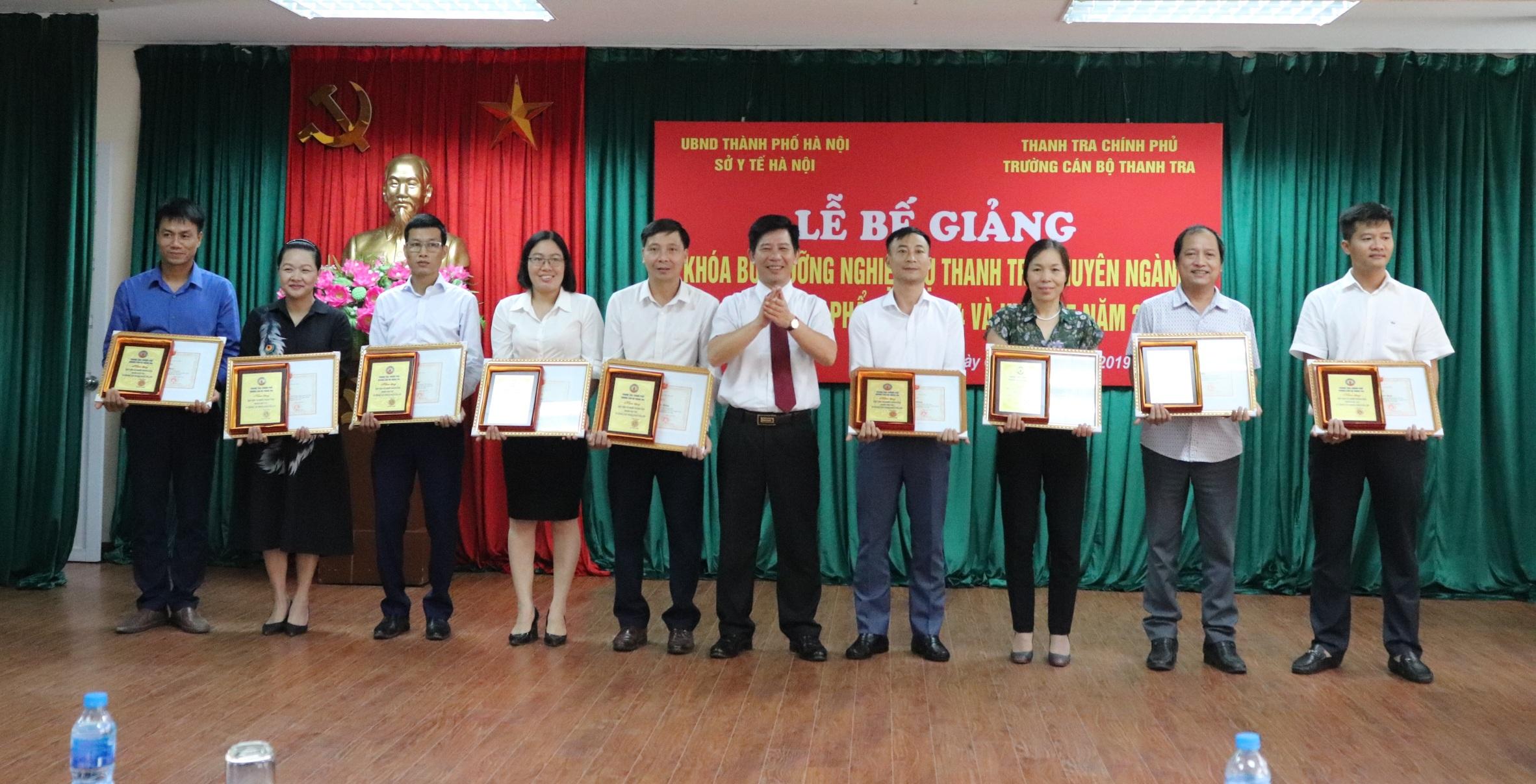 Phó Hiệu trưởng Nhà trường trao GK cho học viên