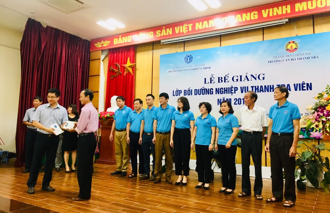 TS Trịnh Văn Toàn Phó Hiệu trưởng Nhà trường trao CC cho HV
