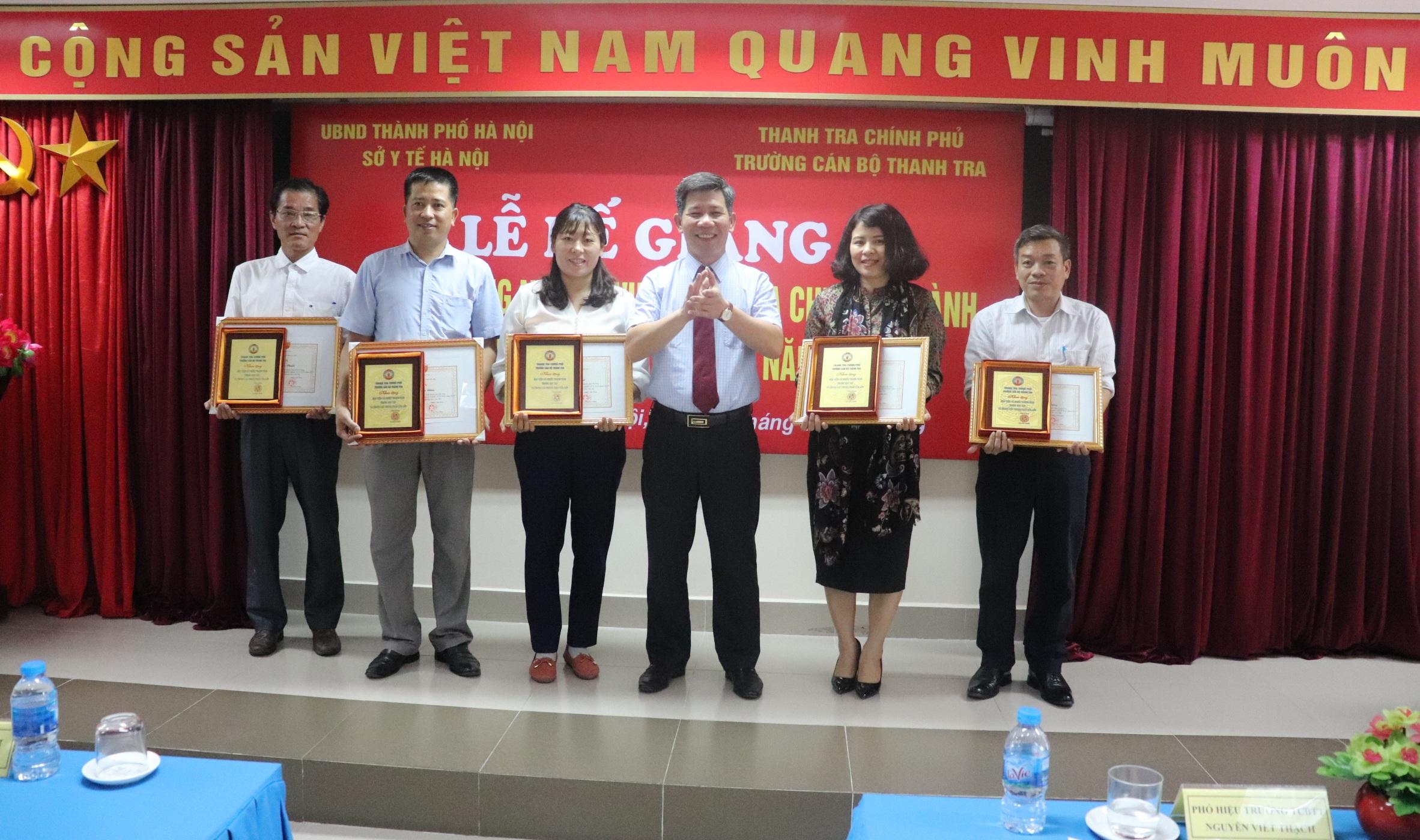 Ông Nguyễn Viết Thạch PHT nhà trường trao giấy khen cho học viên