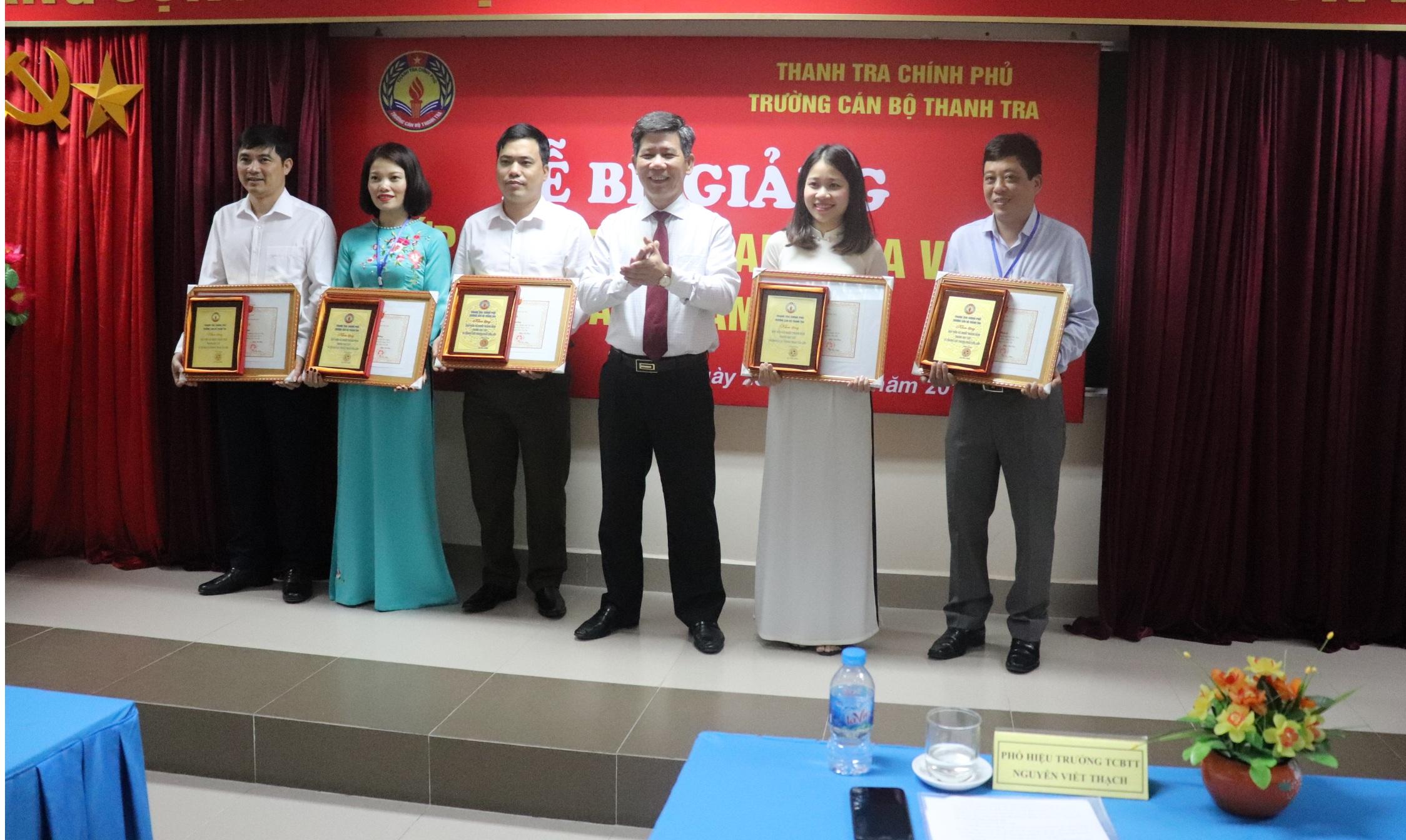 Ông Nguyễn Viết Thạch Phó Hiệu trưởng nhà trường tra Giấy khen cho Học viên
