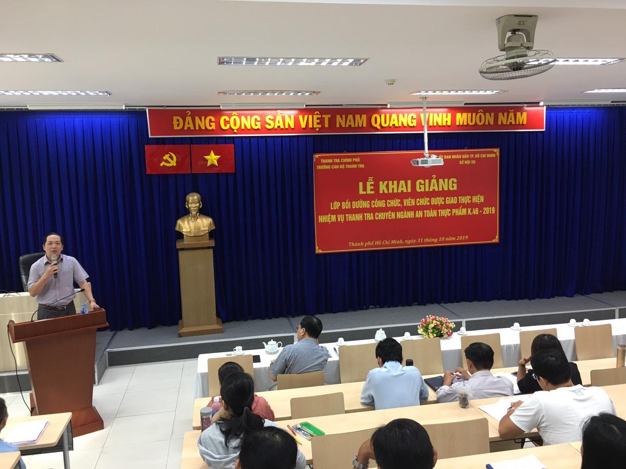 TS Nguyễn Huy Hoàng Phó HT nhà trường khai giảng lớp học