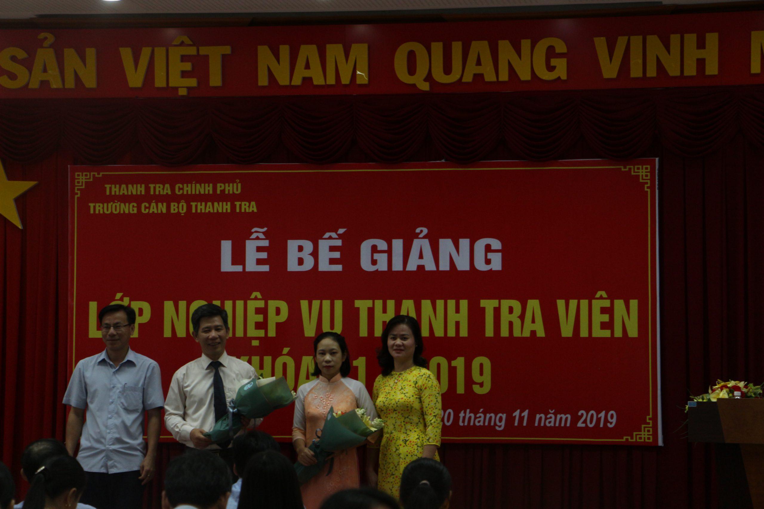 Học viên tặng hoa cho ông Nguyễn Viết Thạch PHT nhà trường