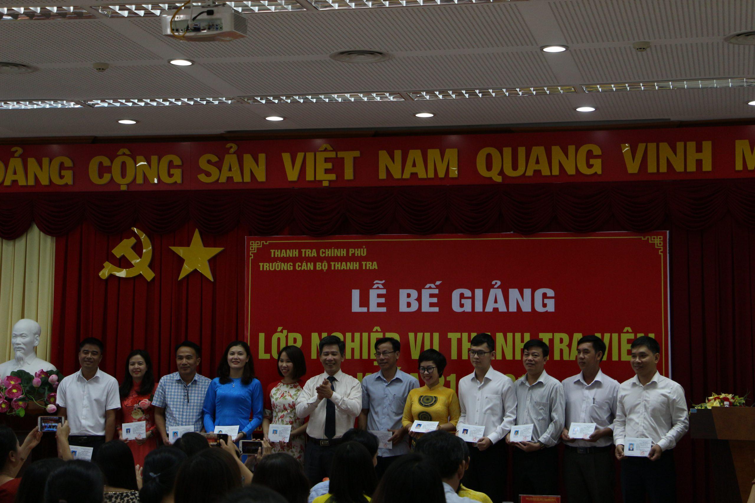 Ông Nguyễn Viết Thạch Pho Hiệu trg nhà trường trao chứng chỉ cho học viên