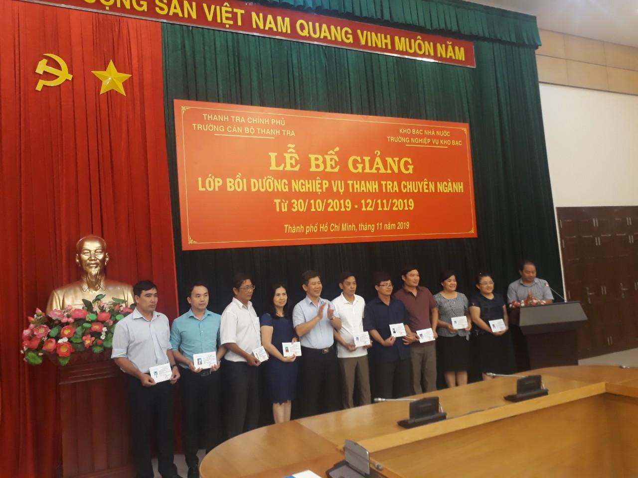 Ông Nguyễn Viết Thạch Phó Hiệu trưởng nhà trường trao chứng chỉ chi học viên