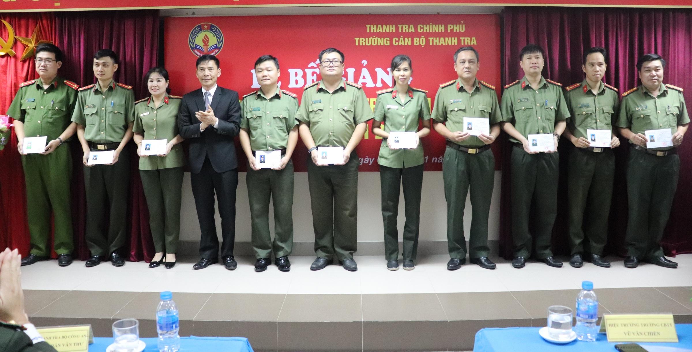 Ông Vũ Văn Chiến TTVCC HIệu trưởng Nhà trường trao chứng chỉ cho học viên