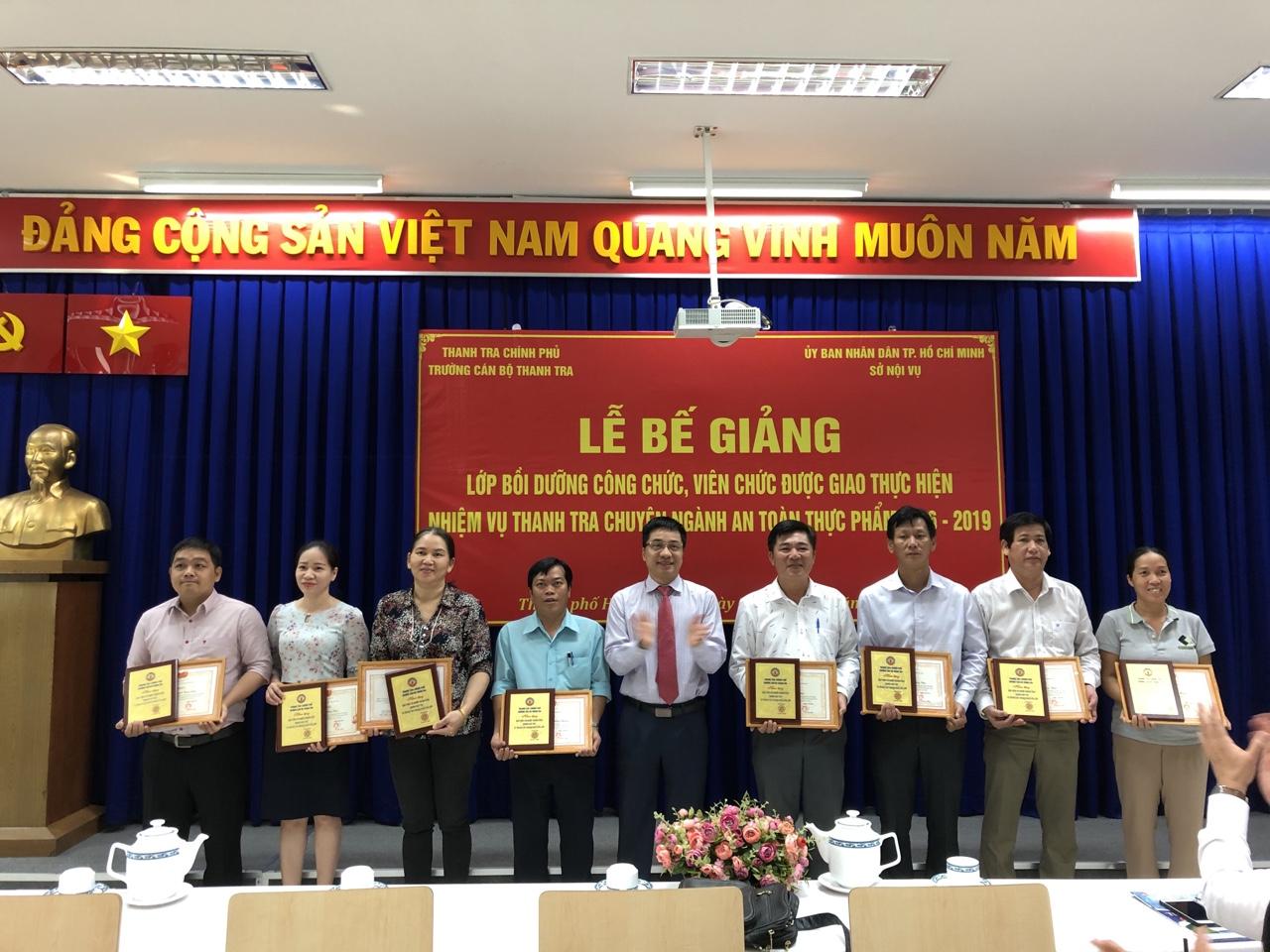 TS Trịnh Văn Toàn PHT Nhà trường trao GK cho học viên
