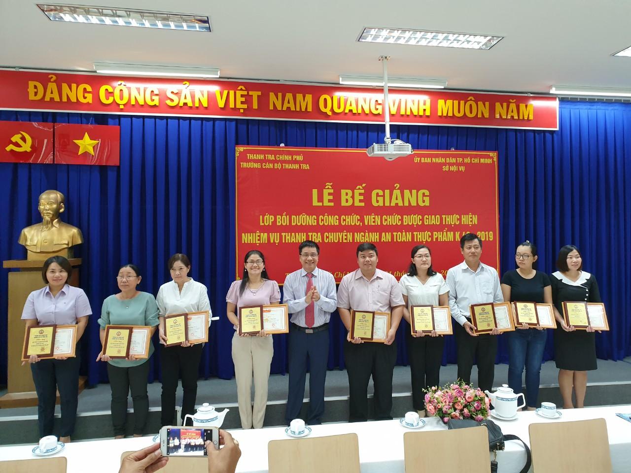 TS Trịnh Văn Toàn PHT nhà trường trao giấy khen cho học viên
