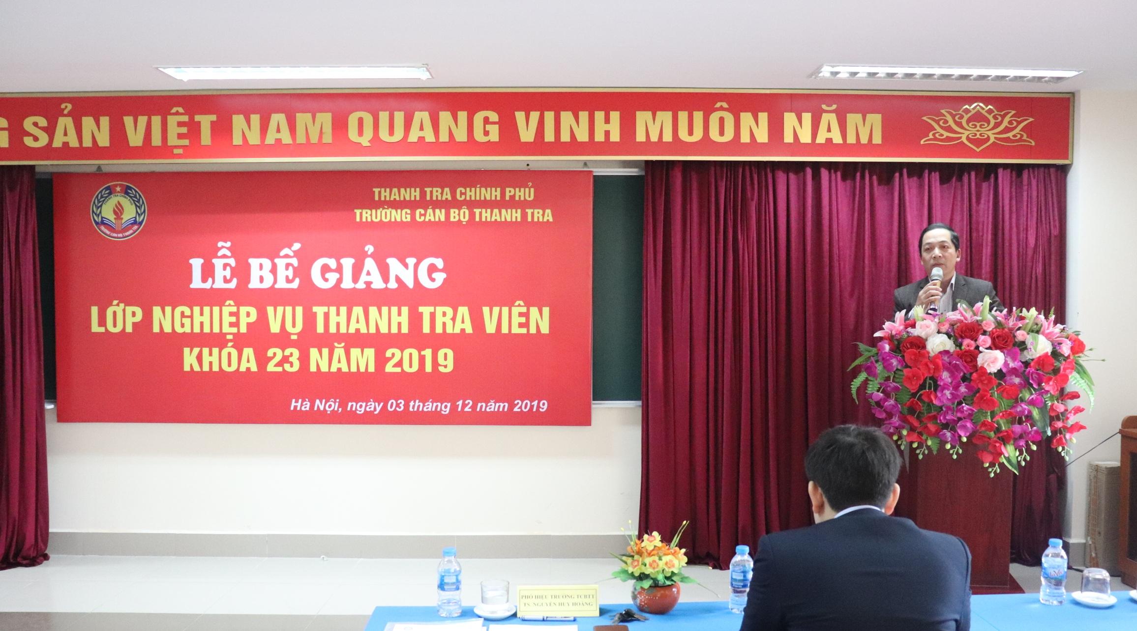 TS Nguyễn Huy Hoàng PHT nhà trường phát biểu tại lễ bế giảng