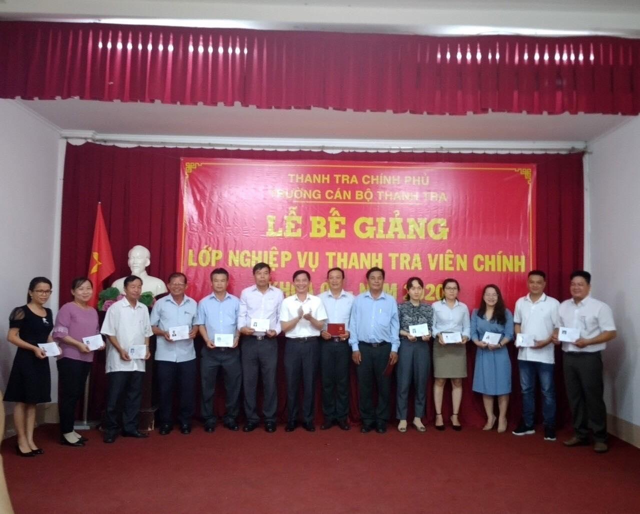 Ông Vũ Văn Chiến TTVCC Hiệu trưởng Trường CBTT trao chứng chỉ cho học viên