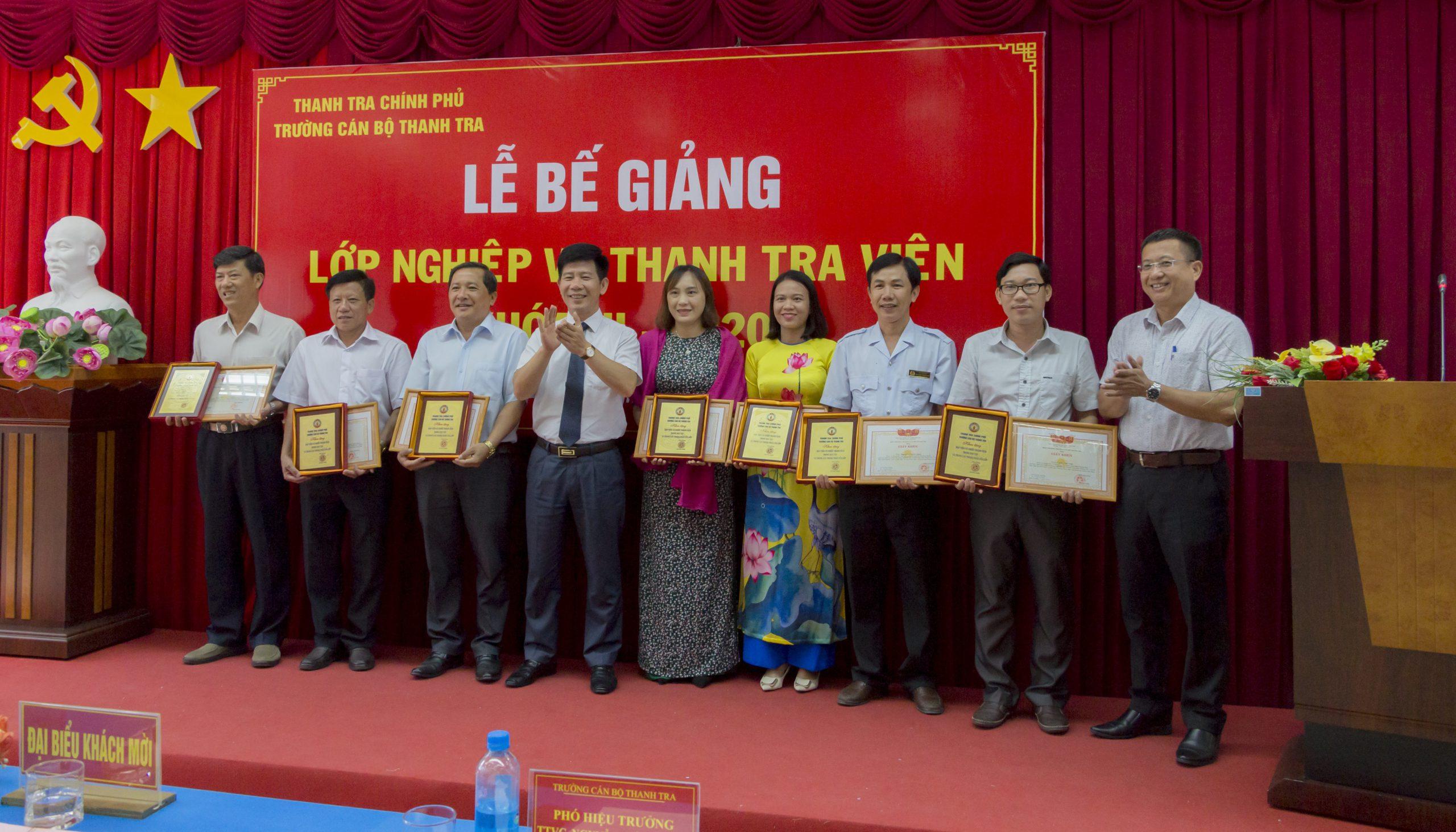 Ông Nguyễn Viết Thạch TTVCC Phó Hiệu trưởng Trg CBTT trao giấy khen cho học viên