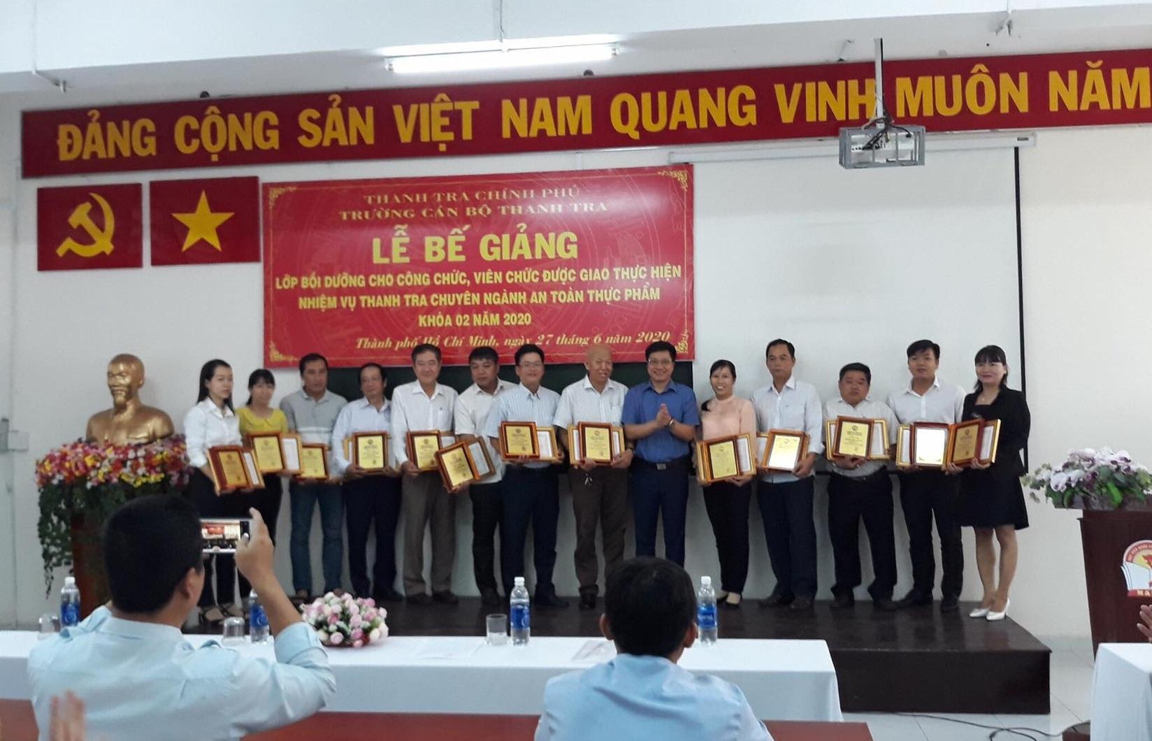 TS Trịnh Văn Toàn Phó Hiệu trưởng Trường CBTT trao GK cho học viên