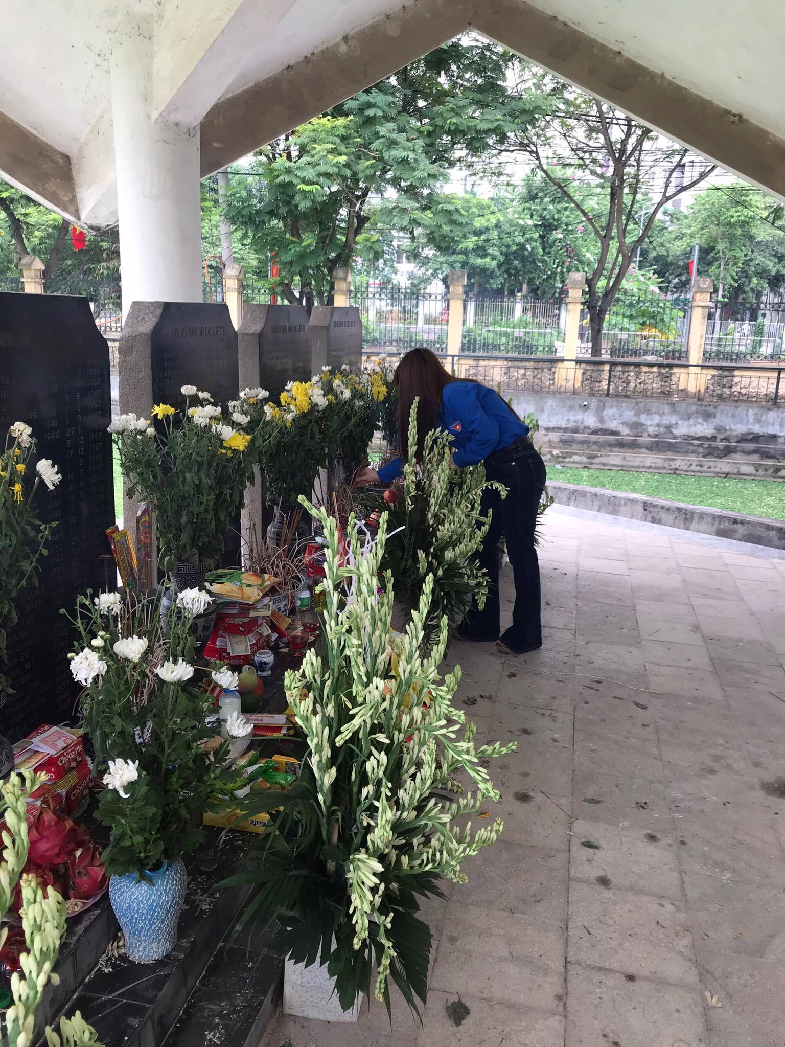 Đoàn TN TCBTT thắp hương tại Đài tưởng niệm