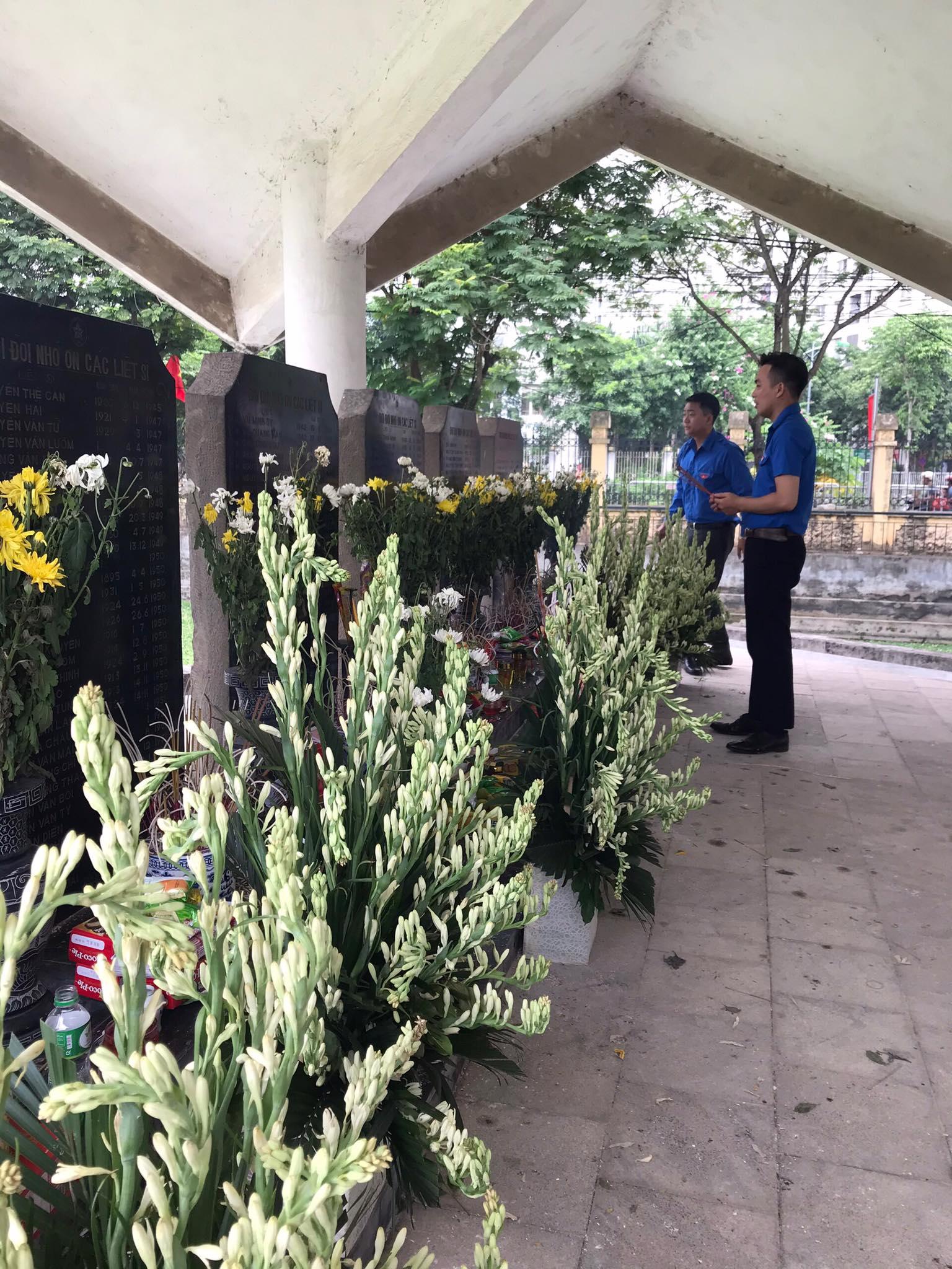 Đoàn TN Trg CBTT thắp hương tại Đài tưởng niệm nhân ngày 27 7