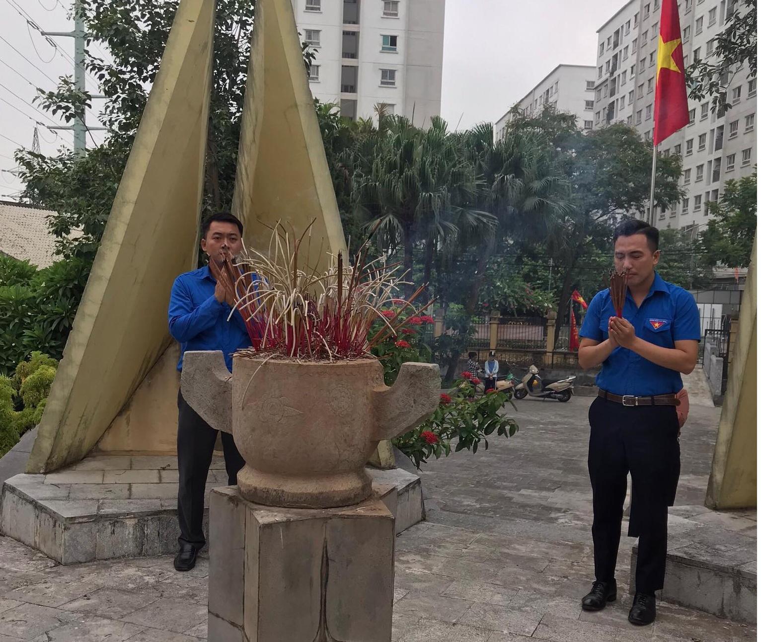 Đoàn TN trg CBTT thắp hương tại Đài tưởng niệm