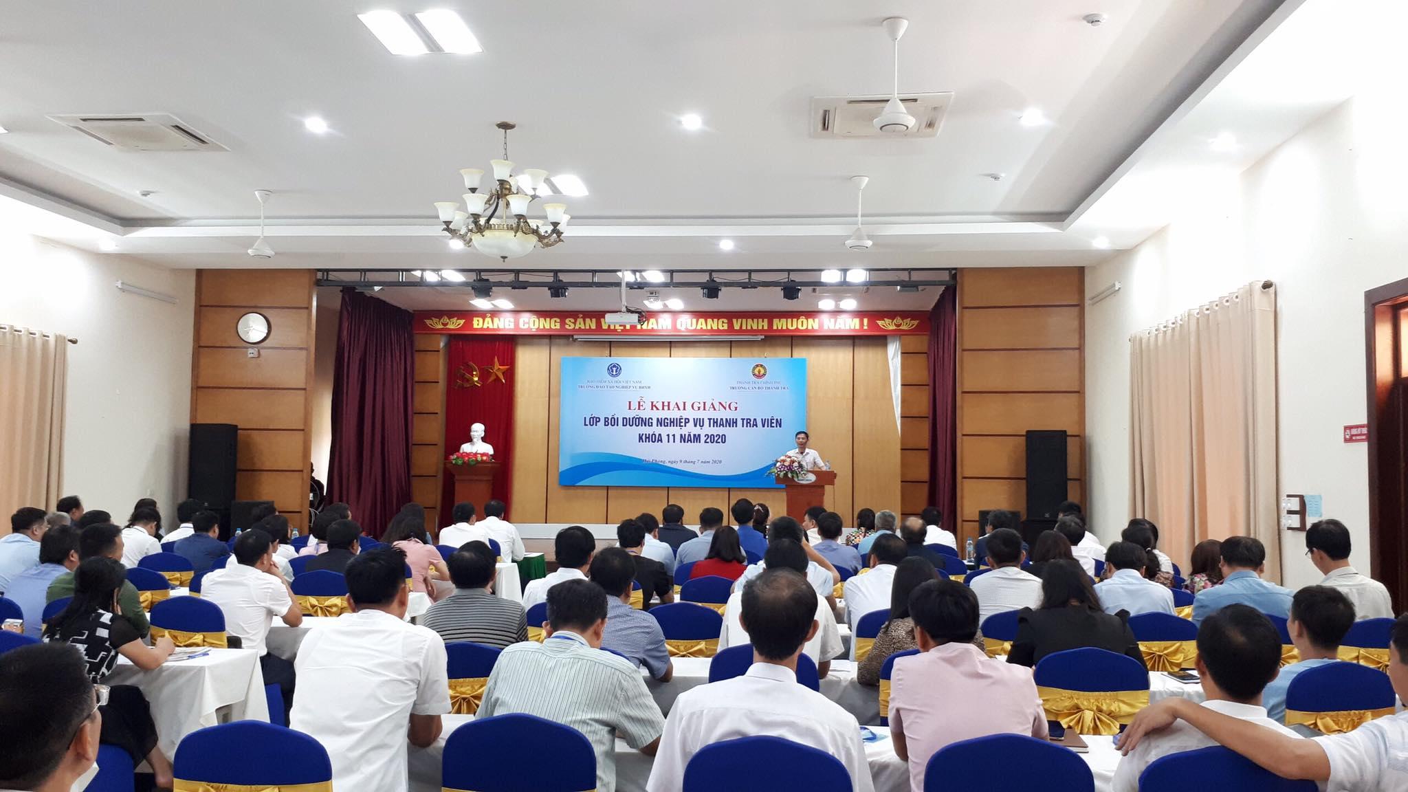 Ông Vũ Văn Chiến TTVCC Hiệu trưởng Trg CBTT phát biểu khai giảng khóa học