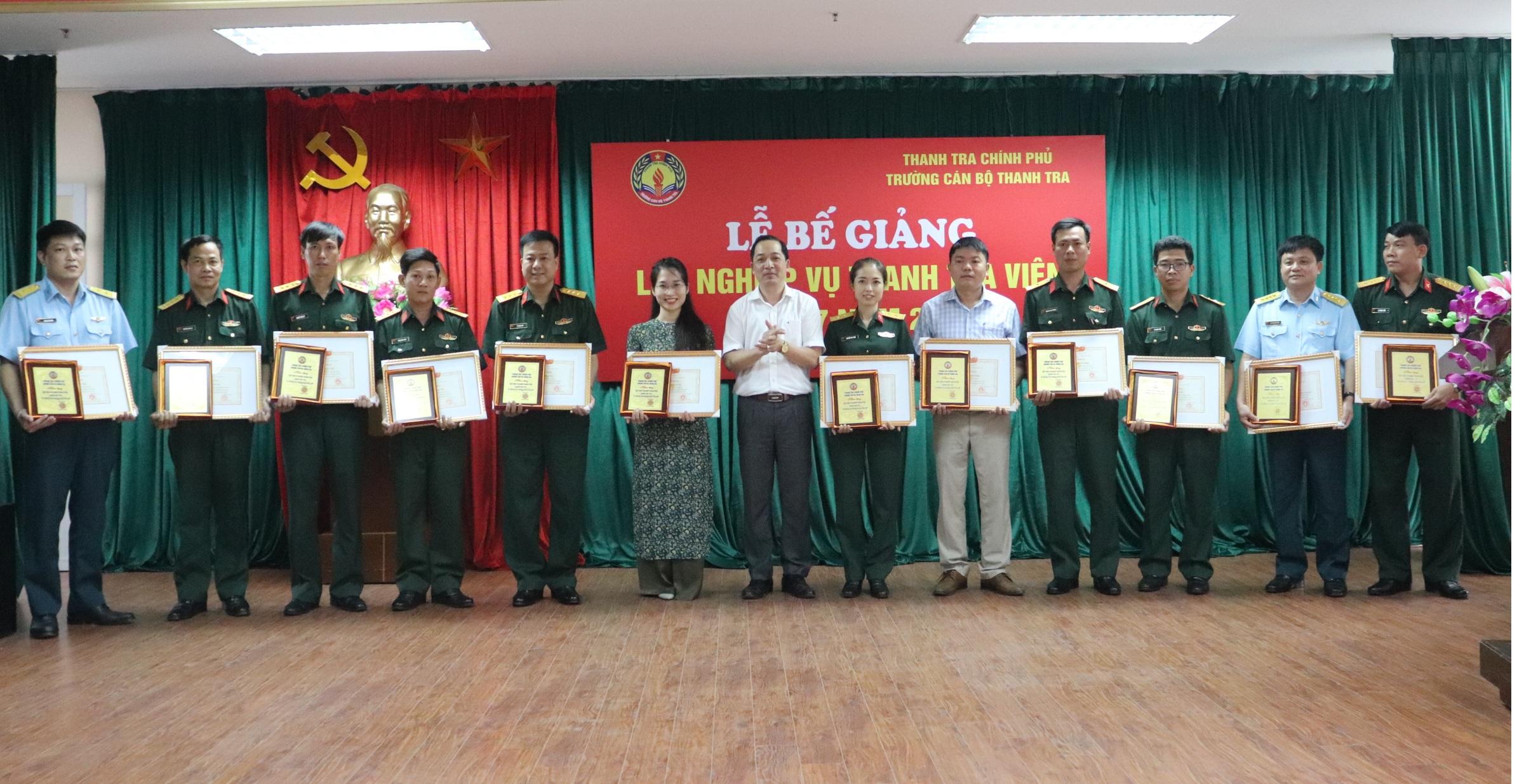 TS Nguyễn Huy Hoàng TTVCC PHT Nhà trường trao GK cho học viên