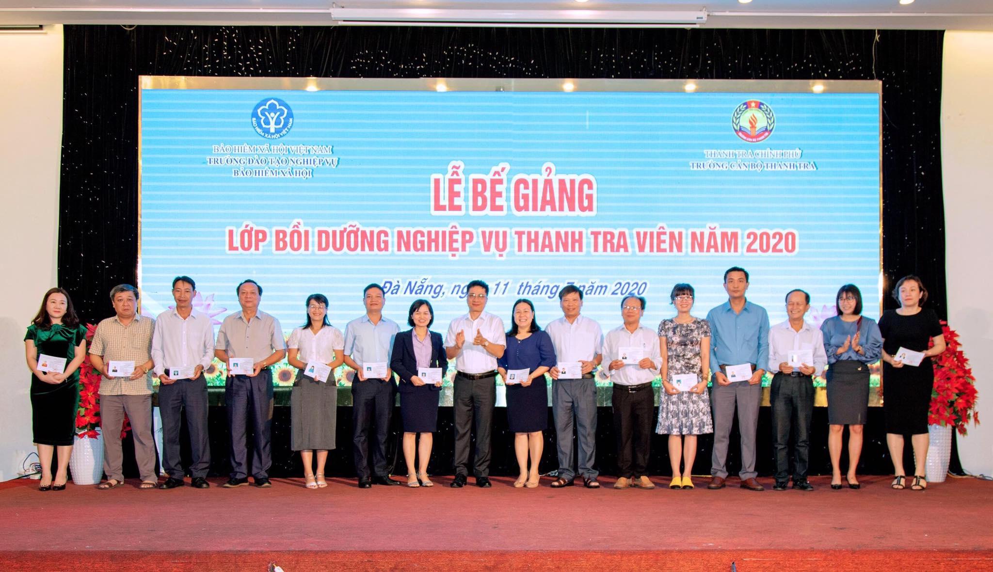 TS Trịnh Văn Toàn PHT trường Cán bộ Thanh tra trao chứng chỉ cho học viên