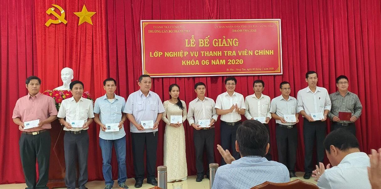TS Trịnh Văn Toàn Phó Hiệu trưởng Trường CBTT trao chứng chỉ cho học viên