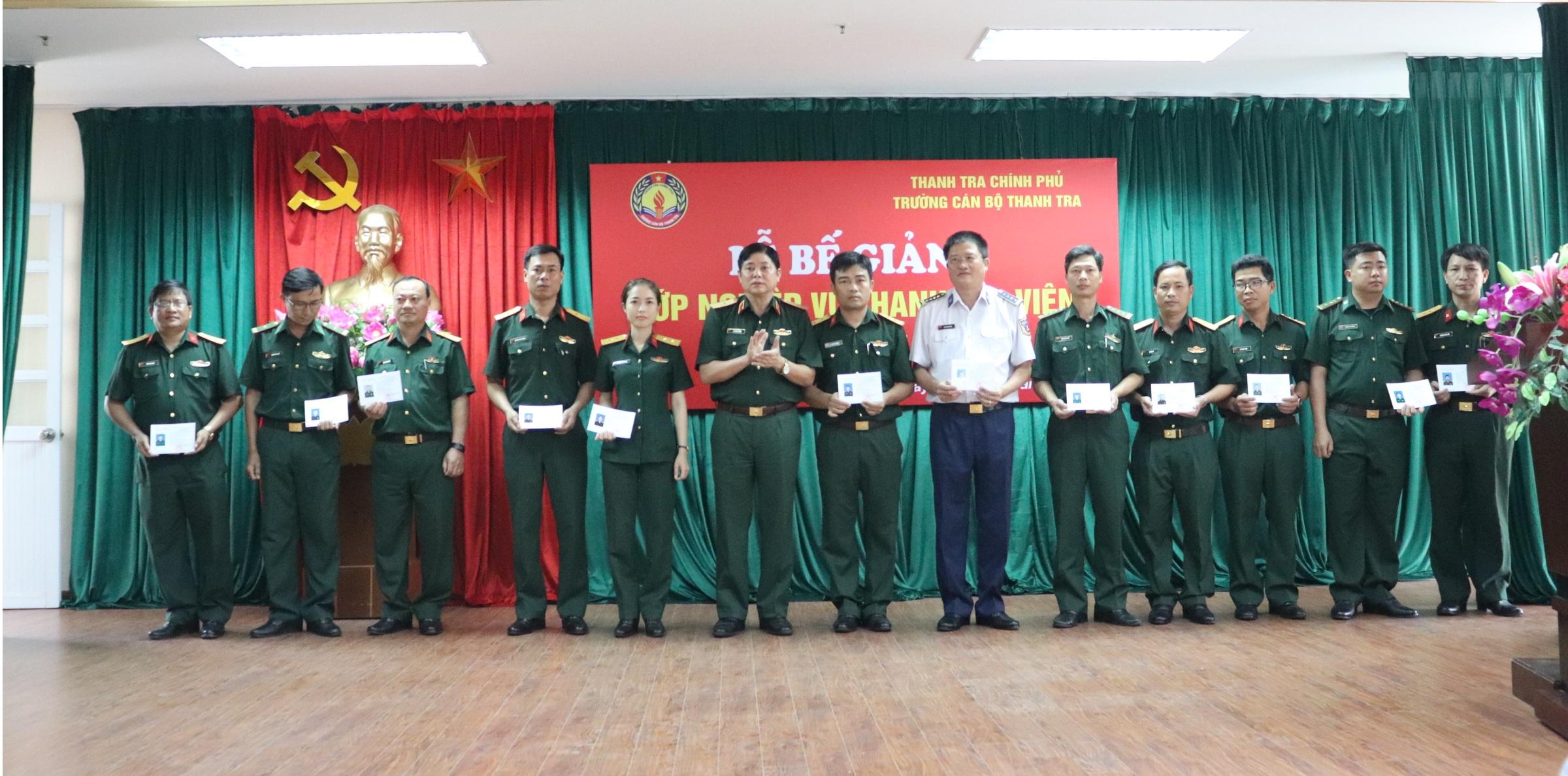 Thiếu tướng Lê Văn Lương PCTT BQP trao chứng chỉ cho học viên