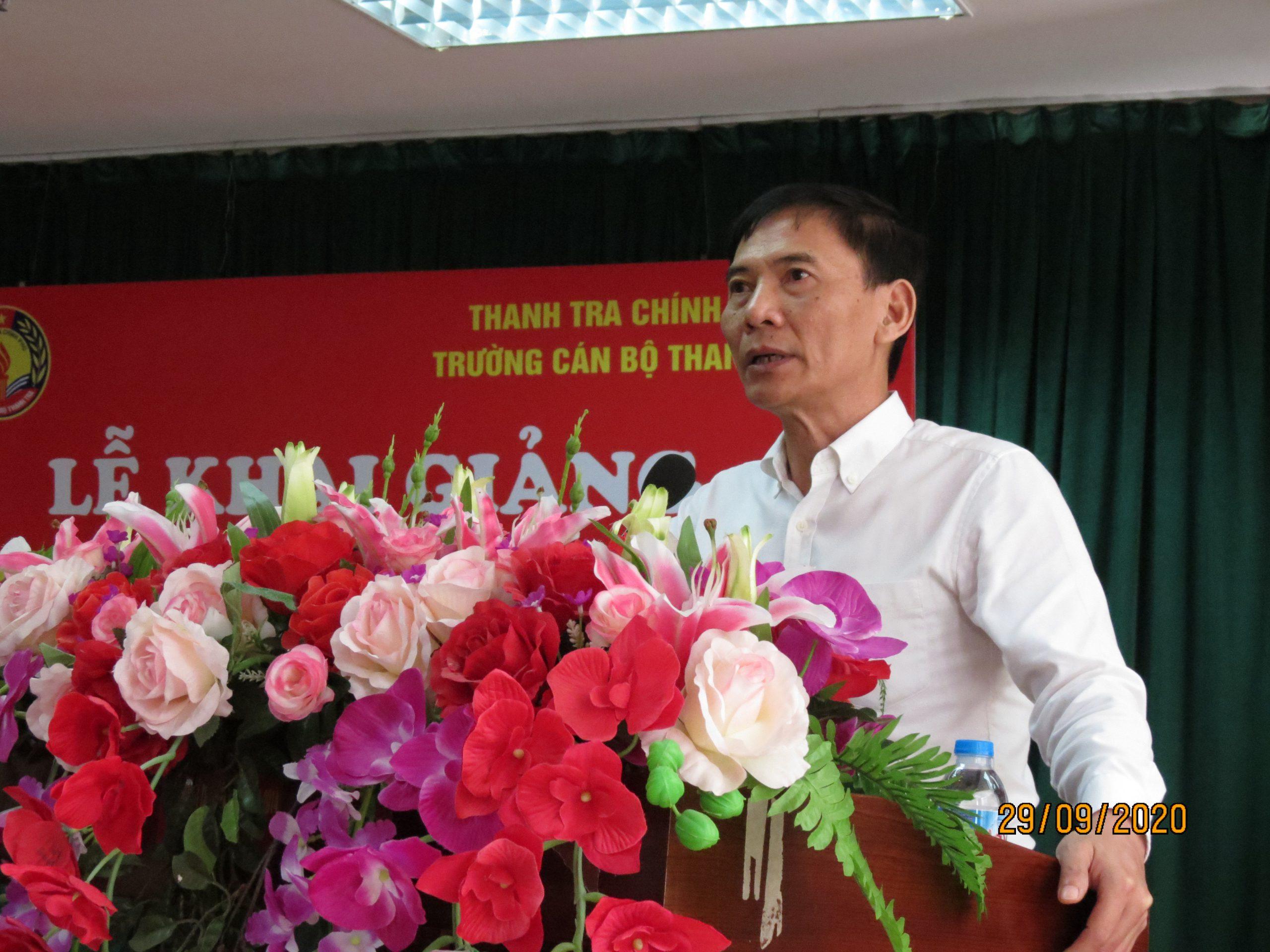 Ông Vũ Văn Chiến TTVCC HT Nhà trg phát biểu khai giảng khóa học